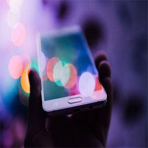 شارژ گوشی همراه با استفاده از نور محیط!